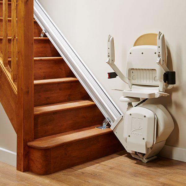 c'est une image d'un monte escalier Confort Plus Acorn droit replié